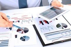 Plan rapproché d'homme d'affaires Analyzing Graphs sur un comprimé numérique Photo libre de droits