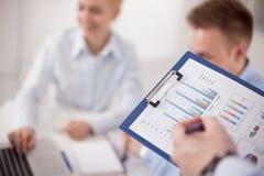 Plan rapproché d'homme d'affaires expliquant un financier Photographie stock libre de droits