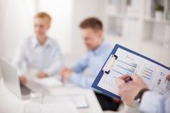 Plan rapproché d'homme d'affaires expliquant un financier Photo stock