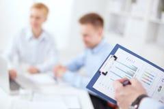 Plan rapproché d'homme d'affaires expliquant un financier Photos stock