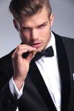 Plan rapproché d'homme d'affaires préparant pour fumer Image stock