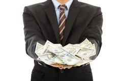 Plan rapproché d'homme d'affaires tenant dollar US Photos stock