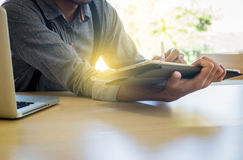 Plan rapproché d'homme d'affaires utilisant la tablette à travailler avec finan photo libre de droits