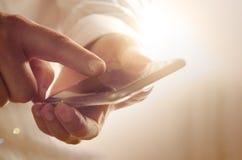 Plan rapproché d'homme d'affaires utilisant le smartphone moderne Photos stock