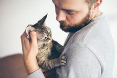 Plan rapproché d'homme de barbe avec le chat, portrait de mode de vie photo libre de droits