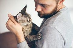 Plan rapproché d'homme de barbe avec le chat, portrait de mode de vie photos stock
