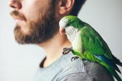 Plan rapproché d'homme de barbe avec le paraquat de moine sur son épaule photos libres de droits