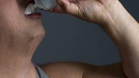 Plan rapproché d'homme de poids excessif bourrant de la crème fouettée, désordre de manger avec excès banque de vidéos
