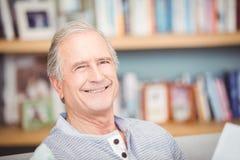 Plan rapproché d'homme supérieur souriant à la maison Photos stock