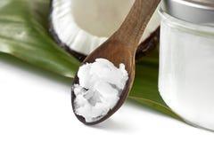 Plan rapproché d'huile de noix de coco sur la cuillère en bois Photos stock