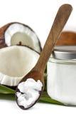 Plan rapproché d'huile de noix de coco sur la cuillère en bois Photo stock