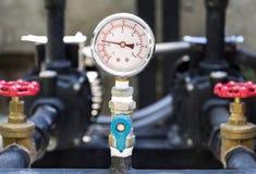 Plan rapproché d'indicateur de pression de manomètre Tuyaux et valves W de Chrome Photographie stock