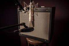 Plan rapproché d'installation de studio d'enregistrement de voix de stu de guitare électrique photographie stock libre de droits