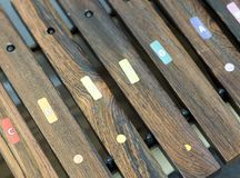 Plan rapproché d'instrument en bois de maillets pour des enfants vus d'en haut Photos libres de droits