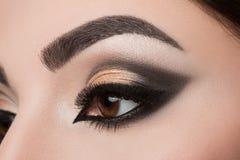 Plan rapproché d'oeil de femme avec le maquillage arabe Photographie stock libre de droits