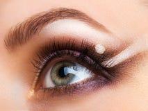 Plan rapproché d'oeil efféminé avec le maquillage fascinant Photo libre de droits