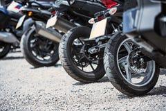 Plan rapproché d'options de luxe de moto : phares, amortisseur, roue, aile, modifiant la tonalité Photo libre de droits
