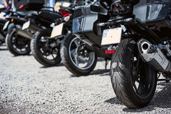 Plan rapproché d'options de luxe de moto : phares, amortisseur, roue, aile, modifiant la tonalité Photographie stock libre de droits