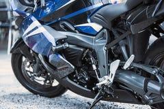 Plan rapproché d'options de luxe de moto : phares, amortisseur, roue, aile, modifiant la tonalité Photos libres de droits