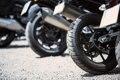 Plan rapproché d'options de luxe de moto : phares, amortisseur, roue, aile, modifiant la tonalité Photo stock