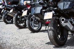 Plan rapproché d'options de luxe de moto : phares, amortisseur, roue, aile, modifiant la tonalité Image stock