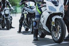 Plan rapproché d'options de luxe de moto : phares, amortisseur, roue, aile, modifiant la tonalité Images libres de droits