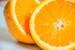 Plan rapproché d'orange découpé en tranches dans la moitié photo libre de droits