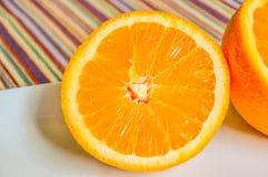 Plan rapproché d'orange découpé en tranches dans la moitié photographie stock libre de droits