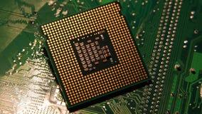 plan rapproché d'ordinateur Chip Processor au-dessus du circuit vert électronique tournant sur le chariot vidéo de 4K UHD clips vidéos