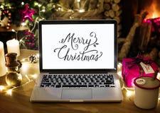 Plan rapproché d'ordinateur portable d'ordinateur le jour de Noël images libres de droits