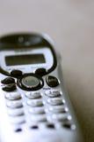 Plan rapproché d'orientation de téléphone sans fil sur le bouton d'entretien Photo libre de droits
