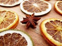 Plan rapproché d'un anis d'étoile et des tranches de fruits secs Images libres de droits