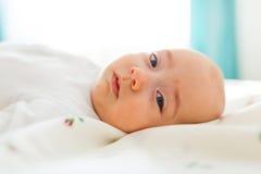 Plan rapproché d'un bébé garçon Photo stock