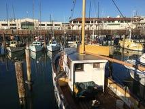 Plan rapproché d'un bateau de pêche amarré au pilier San Francisco images libres de droits
