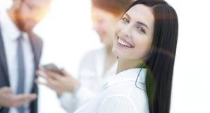 Plan rapproché d'un beau directeur et des collègues de femme dans l'offi Photo stock