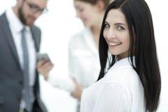 Plan rapproché d'un beau directeur et des collègues de femme dans le bureau Images stock