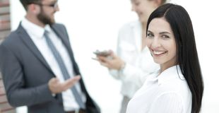 Plan rapproché d'un beau directeur et des collègues de femme dans le bureau Image stock