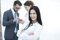 Plan rapproché d'un beau directeur et des collègues de femme dans le bureau Photo stock
