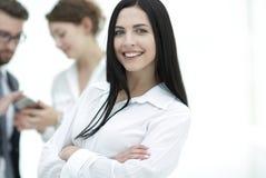 Plan rapproché d'un beau directeur et des collègues de femme dans le bureau Image libre de droits