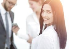 Plan rapproché d'un beau directeur et des collègues de femme dans le bureau Photos stock