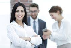 Plan rapproché d'un beau directeur et des collègues de femme dans le bureau Photo libre de droits