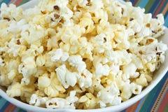 Plan rapproché d'un bol de maïs éclaté Images stock