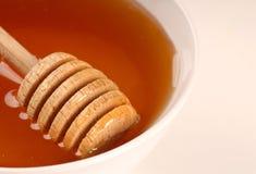 Plan rapproché d'un bol de miel photo stock