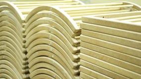 Plan rapproché d'un charpentier travaillant à un châssis de fenêtre en bois avec un dossier dans son atelier barre Charpentier pr banque de vidéos
