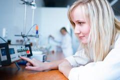 Plan rapproché d'un chercheur/d'étudiant féminins de chimie Images libres de droits