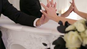 Plan rapproché d'un couple affectueux habillé dans des costumes de Halloween, ils tiennent des mains banque de vidéos