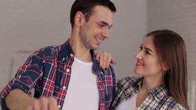 Plan rapproché d'un couple affectueux tenant la clé sur leur nouvel appartement banque de vidéos