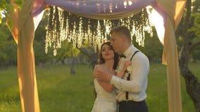 Plan rapproché d'un couple avec du charme, homme parlant les mots de l'amour à son bel amoureux clips vidéos