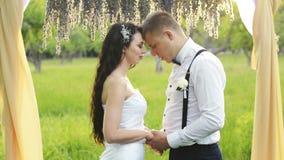 Plan rapproché d'un couple avec du charme, homme parlant les mots de l'amour à son bel amoureux Brune et un homme avec clips vidéos