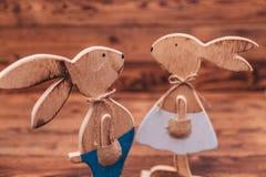 Plan rapproché d'un couple en bois de lapins Photo stock